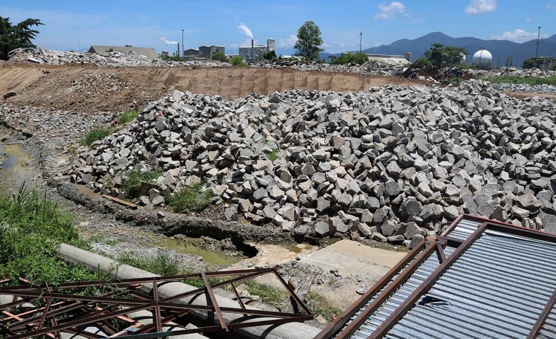 Aterro junto ao muro da APPA leva risco para casas na Vila Portuária 8
